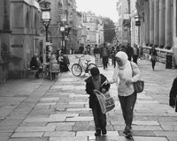Diversidad en Gran Bretaña, mujer con el pañuelo con el hijo joven en corazón Fotos de archivo