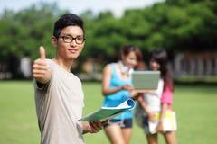 Diversidade do estudante universitário no campus universitário Imagem de Stock
