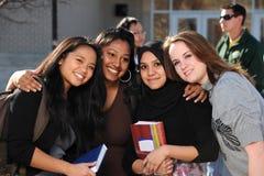 Diversidade do estudante universitário no campus universitário imagem de stock royalty free