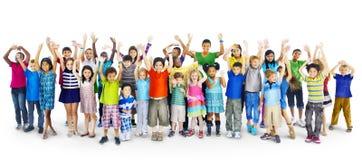 Diversidade Gorup da afiliação étnica do conceito alegre da amizade das crianças fotografia de stock