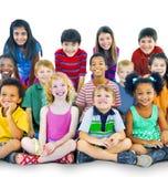 Diversidade Gorup da afiliação étnica do conceito alegre da amizade das crianças Imagens de Stock Royalty Free