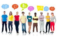 Diversifierat folk med grafiska moderna symboler Arkivfoton