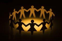 Diversifiez les gens à chaînes de papier Images libres de droits