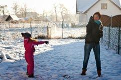 Diversión de la familia en la nieve Fotos de archivo