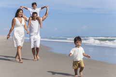 Diversión de la playa de la familia de Parents Boy Children del padre de la madre Fotografía de archivo libre de regalías