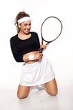 Diversión, mujer joven feliz lista para jugar a tenis Imagen de archivo