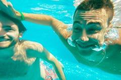 Diversión subacuática del varón de los individuos Foto de archivo