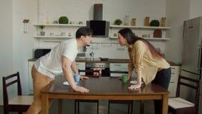 Diversingspaar die bij keukenlijst ruzie maken stock videobeelden