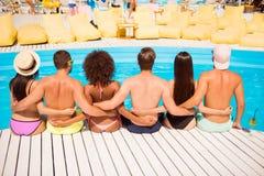 Diversità di etnia, di colori e di bellezza della gioventù Vista posteriore di Immagini Stock