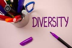 Diversità di scrittura del testo della scrittura Significato di concetto che è composto di backgro bianco multietnico varietà dif Immagine Stock