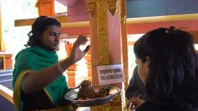 Diversité culturelle Person Blessing People indou religieux, Sri Lanka - 10 février 2017 banque de vidéos