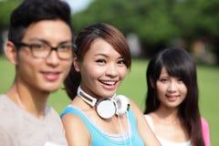 Diversité d'étudiant universitaire sur le campus universitaire Image stock