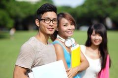 Diversité d'étudiant universitaire sur le campus universitaire Image libre de droits