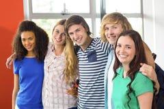 Diversité d'étudiant universitaire sur le campus universitaire Photos stock