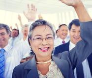 Diversiteits Bedrijfsmensen die Team Voting Concept ontmoeten Stock Foto's