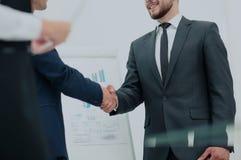 Diversiteits commercieel team die contract met handdruk in a besluiten royalty-vrije stock afbeeldingen