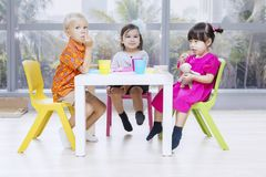 Free Diversity Preschoolers Having Lunch Together Royalty Free Stock Photo - 163486685