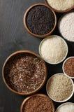 Diverso arroz en cuencos Fotos de archivo