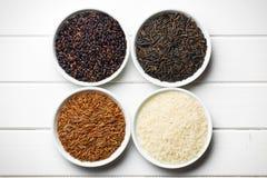 Diverso arroz en cuencos de cerámica Imagen de archivo