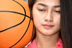 Diverso atleta femminile With Basketball di misura depressa fotografie stock libere da diritti