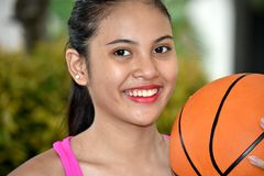 Diverso atleta teenager sportivo sorridente Female Basketball Player fotografia stock