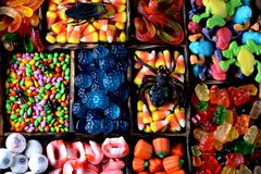Diverso caramelo - ranas, osos, gusanos, calabazas, ojos, semillas en el esmalte, mandíbulas, calabazas para Halloween Fotos de archivo