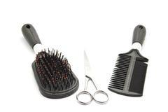 Diverso cepillo para el pelo con las tijeras Imagenes de archivo