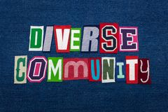 DIVERSO collage di parola del testo della COMUNITÀ, tessuto brillantemente colorato su denim blu, concetto di diversità del grupp immagine stock libera da diritti