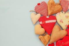Diverso de corazones de madera y de la tela Fotos de archivo libres de regalías
