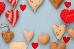 Diverso de corazones de madera y de la tela Imagen de archivo libre de regalías