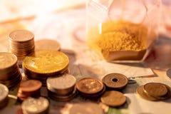 Diverso de moneda internacional con reloj de arena Imagen de archivo libre de regalías