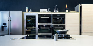 Diverso equipamento eletrônico da cozinha Foto de Stock