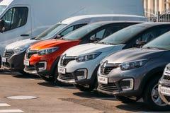 Diverso estacionamiento de Renault Cars en fila al aire libre Cruces del Subcompact producidas en común por Renault Nissan Allian imagen de archivo libre de regalías