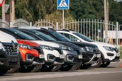 Diverso estacionamiento de Renault Cars en fila al aire libre Cruces del Subcompact producidas en común por Renault Nissan Allian fotografía de archivo libre de regalías