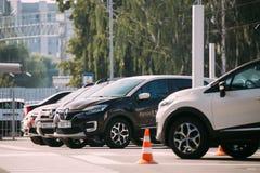 Diverso estacionamiento de Renault Cars en fila al aire libre Cruces del Subcompact producidas en común por Renault Nissan Allian imagenes de archivo
