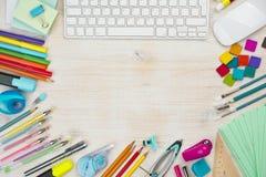 Diverso fondo de los materiales de oficina con el espacio de la copia en el centro Foto de archivo libre de regalías