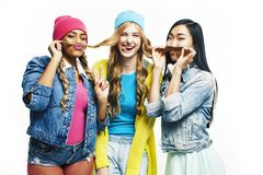 Diverso gruppo delle ragazze di nazione, divertiresi allegro della societ? adolescente degli amici, sorridere felice, posa svegli fotografie stock libere da diritti