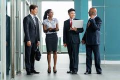 Diverso gruppo di affari in Asia all'edificio per uffici Immagine Stock
