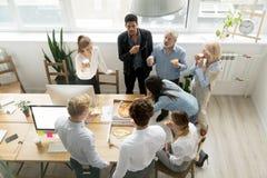 Diverso gruppo di affari che mangia insieme pizza nell'ufficio, vista superiore fotografia stock libera da diritti