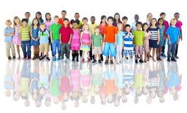 Diverso gruppo di colpo dello studio dei bambini Immagini Stock