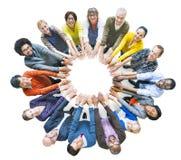 Diverso gruppo di persone Multi-etnico nel cerchio fotografia stock libera da diritti