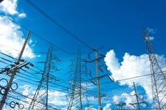 Diverso hermoso de postes y de las torres eléctricos Fotografía de archivo libre de regalías