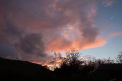 Diverso in nuvole di colore sopra le montagne Immagini Stock