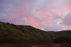 Diverso in nuvole di colore sopra le montagne Fotografia Stock