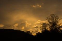 Diverso in nuvole di colore sopra le montagne Immagine Stock Libera da Diritti