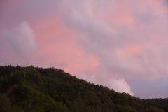 Diverso in nuvole di colore sopra le montagne Fotografie Stock