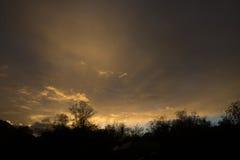 Diverso in nuvole di colore sopra le montagne Fotografie Stock Libere da Diritti