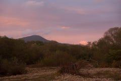 Diverso in nuvole di colore sopra le montagne Fotografia Stock Libera da Diritti