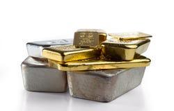 Diverso ouro diferente e lingote de prata imagens de stock royalty free