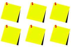 Diverso post-it amarillo con la chincheta roja y el fondo blanco Imágenes de archivo libres de regalías